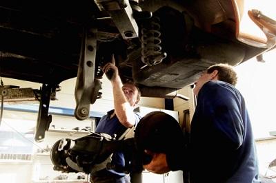 Zwei Mechaniker in Werkstatt