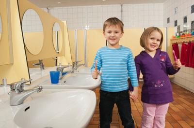 Mädchen und Junge auf Toilette in einer Kita