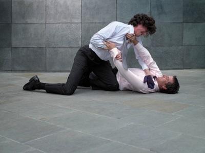 Männer mit Geschäftskleidung prügeln sich