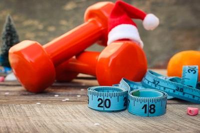 Hanteln, Maßband und Weihnachtsmütze - Neues Jahr 2018