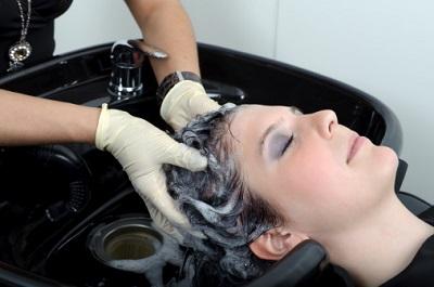 Frau beim Haare färben