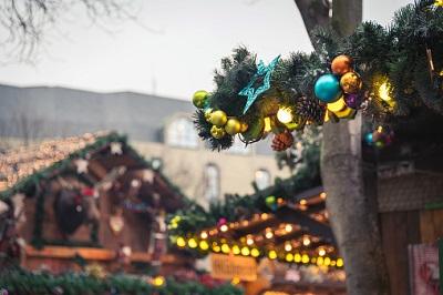 Eine Drohne ist auf einen Weihnachtsmarkt gestürzt.