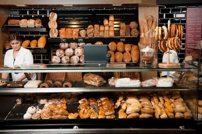 Bäckereitheke mit Verkäuferin