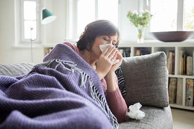 Kranke Frau liegt auf Sofa