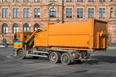 Müllwagen in Vollansicht