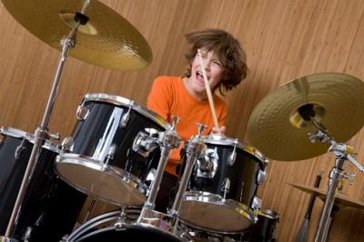 Junge am Schlagzeug