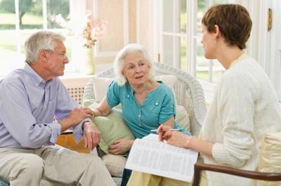 Ein älteres Ehepaar unterhält sich mit einer Frau.