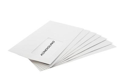 Umschlag mit Kündigung auf Stapel