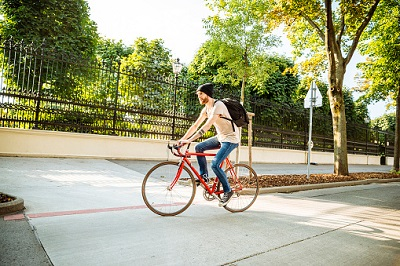 Mann mit Fahrrad auf Straße