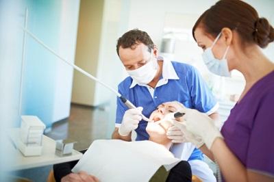 Eine Patientin ist bei einem Zahnarzt in Behandlung.