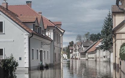 Haus in einer überschwemmten Straße