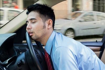 Schlafender Mann am Steuer