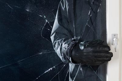 Einbrecher Glasscheibe Nacht