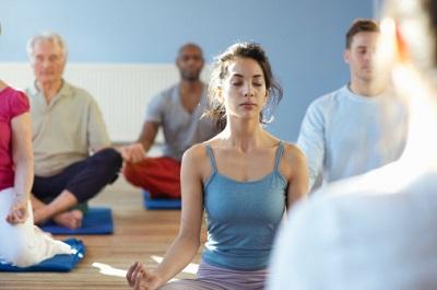 Frau im Meditationskurs