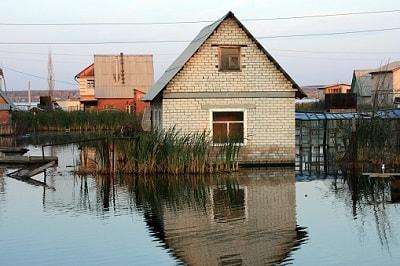Ein Haus wird durch Hochwasser beschädigt.