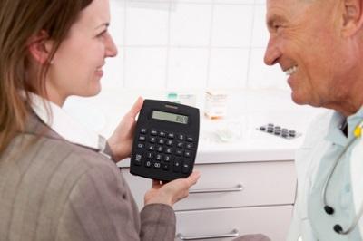 Arzt und Geschäftsfrau mit Taschenrechner