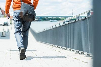Mann bei Spaziergang in der Stadt