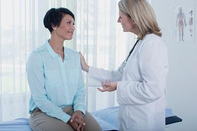 Patientin ist im Gespräch mit ihrer Ärztin.