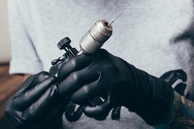 Tattoonadel und Handschuhe