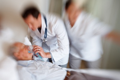 älterer Patient wird im Krankenhaus beatmet