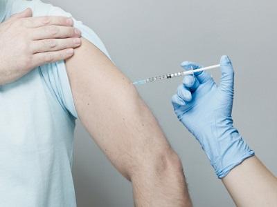 Mann erhält Impfung mit Spritze