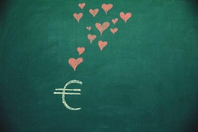 Eurozeichen mit Herzen auf Tafel