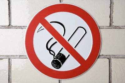 Ein Rauchverbotsschild hängt an einer Wand.