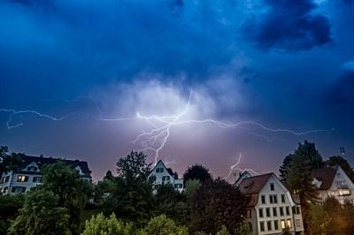 Blitz bei Häusern in der Nacht