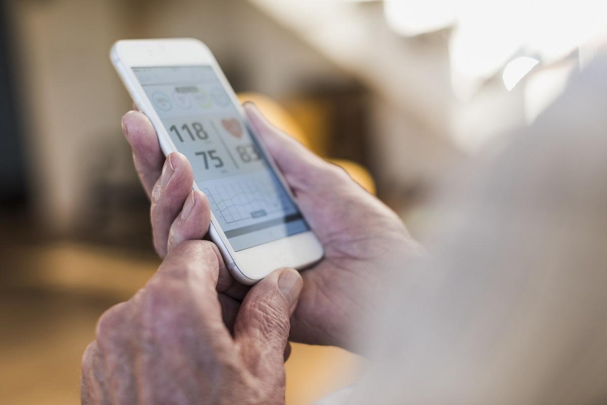 Älterer Mann nutzt Gesundheits-App auf seinem Smartphone