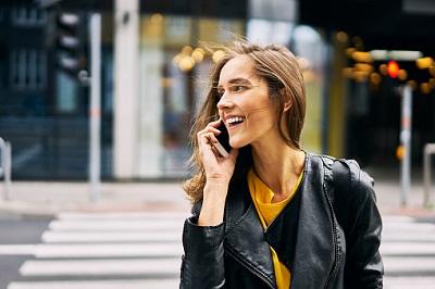 Frau mit Handy auf Straße