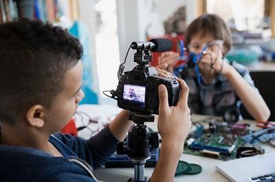 Jungen drehen Video mit Kamera