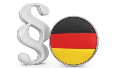 Paragrafenzeichen und Deutschlandflagge