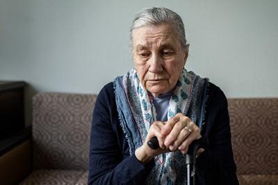 Ältere Frau auf Stuhl sitzend