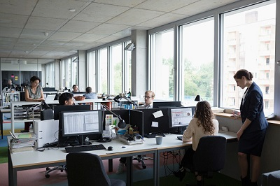 Arbeitnehmer arbeiten im Großraumbüro.