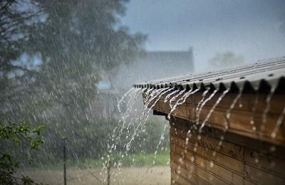 Hausdach im Regen