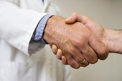 Arm von Arzt mit Ehering