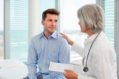 Ärztin im Gespräch mit einem Patienten