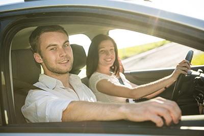 Paar fährt Auto