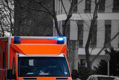 Krankenwagen vor Wohnhaus