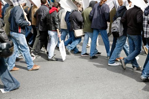 Streikende Arbeitnehmer laufen auf der Straße.