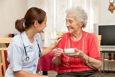 Altenpflegerin mit Bewohnerin im Pflegeheim
