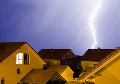 Blitz bei Häusern auf dem Land