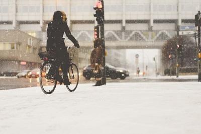 Frau auf Fahrrad im Winter