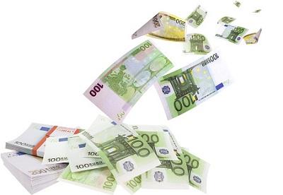 Geldscheine fliegen vom Stapel