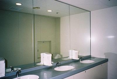 Waschbecken in öffentlichem Toilettenraum