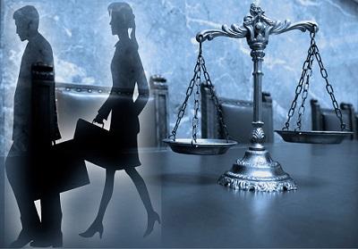 Mann und Frau mit Gerichtswaage