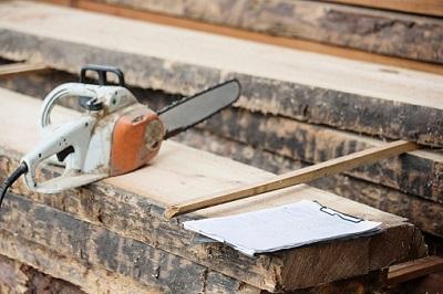 Säge mit Holz