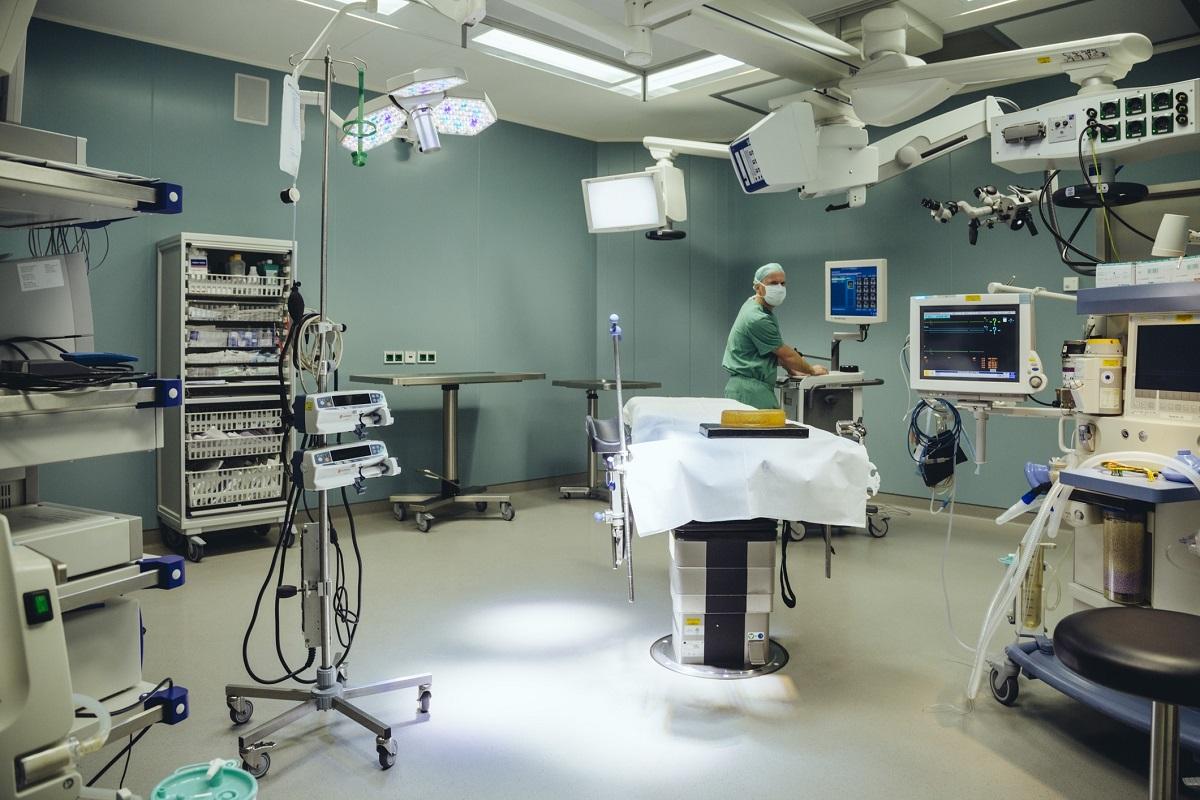 Pfleger im OP-Saal eines Krankenhauses