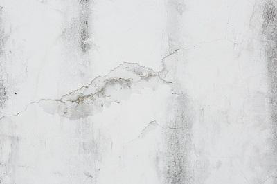 Wand mit Flecken und Rissen