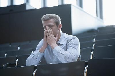 Student sitzt im Hörsaal unter Stress